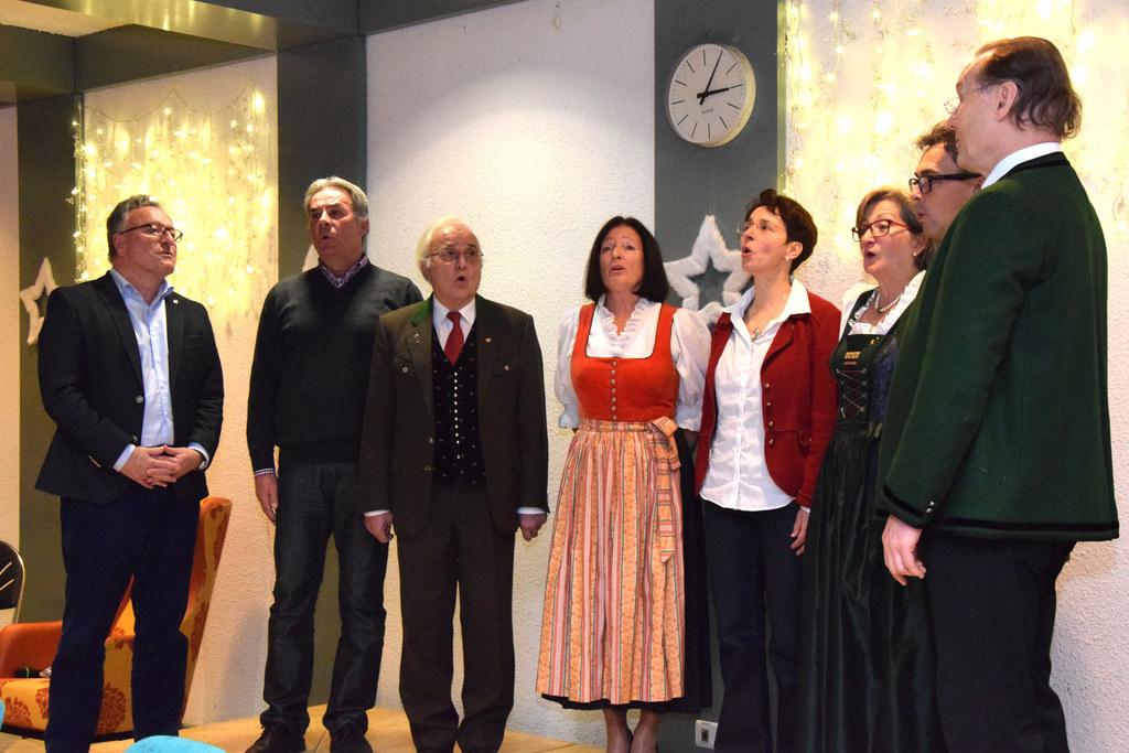 Singen hält fit: Schellhorn bei der Weihnachtsfeier des Seniorenwohnhauses der D..