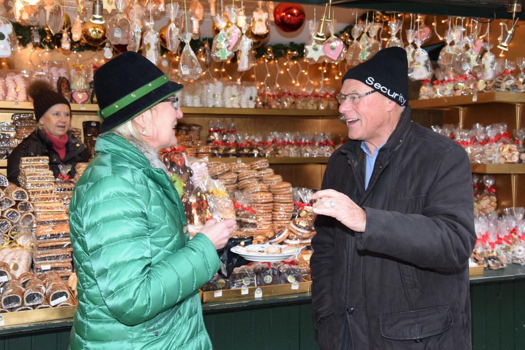Maria Anna Benedikt, leitende Diätologin SALK, beim Kekse verkosten mit Weihnach..