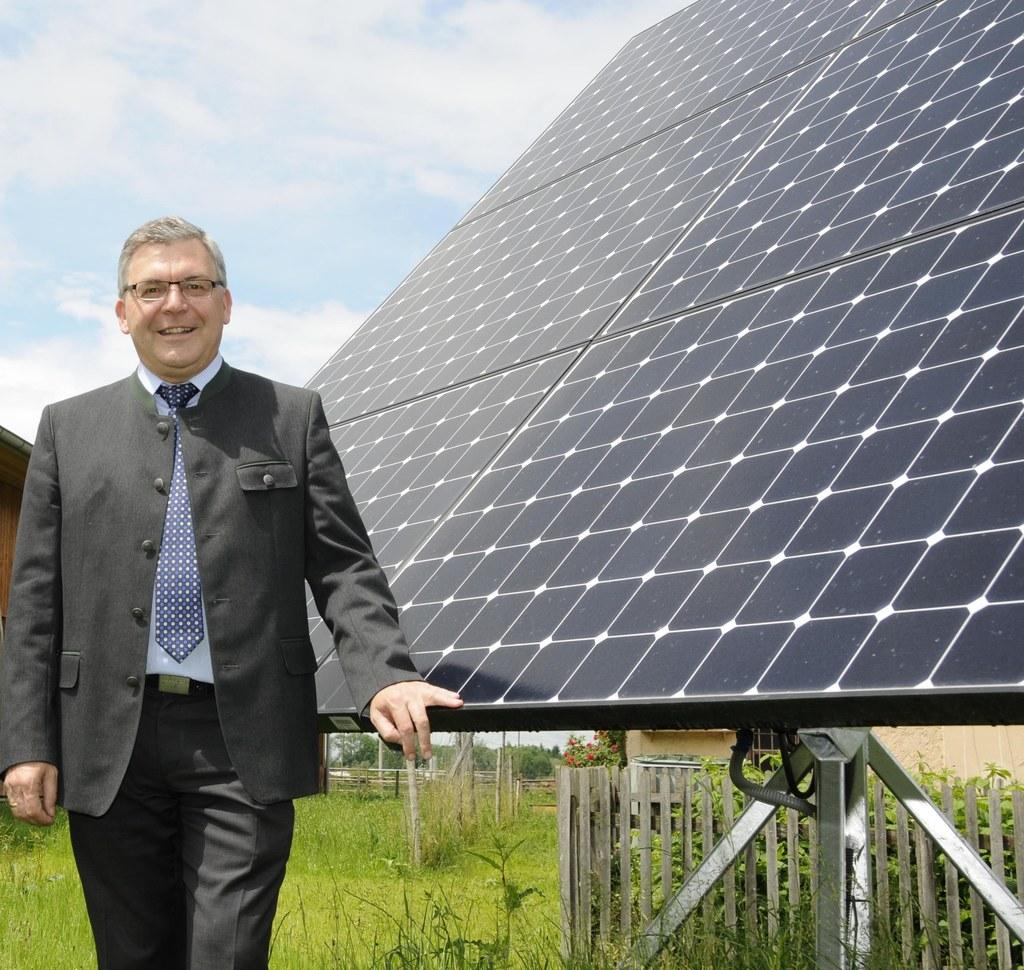 Landesrat Schwaiger vor Photovoltaik-Anlage