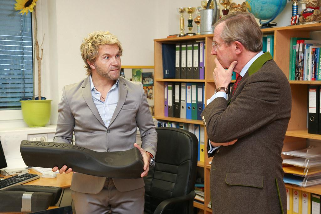 Landeshauptmann Wilfried Haslauer mit dem innovativen Skibob-Hersteller Jacek St..