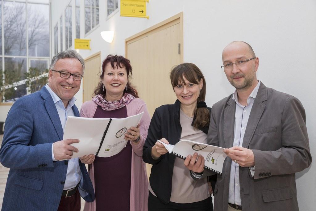 Armutskonferenz in St. Virgil: Landesrat Heinrich Schellhorn, Inge Honisch, Land..