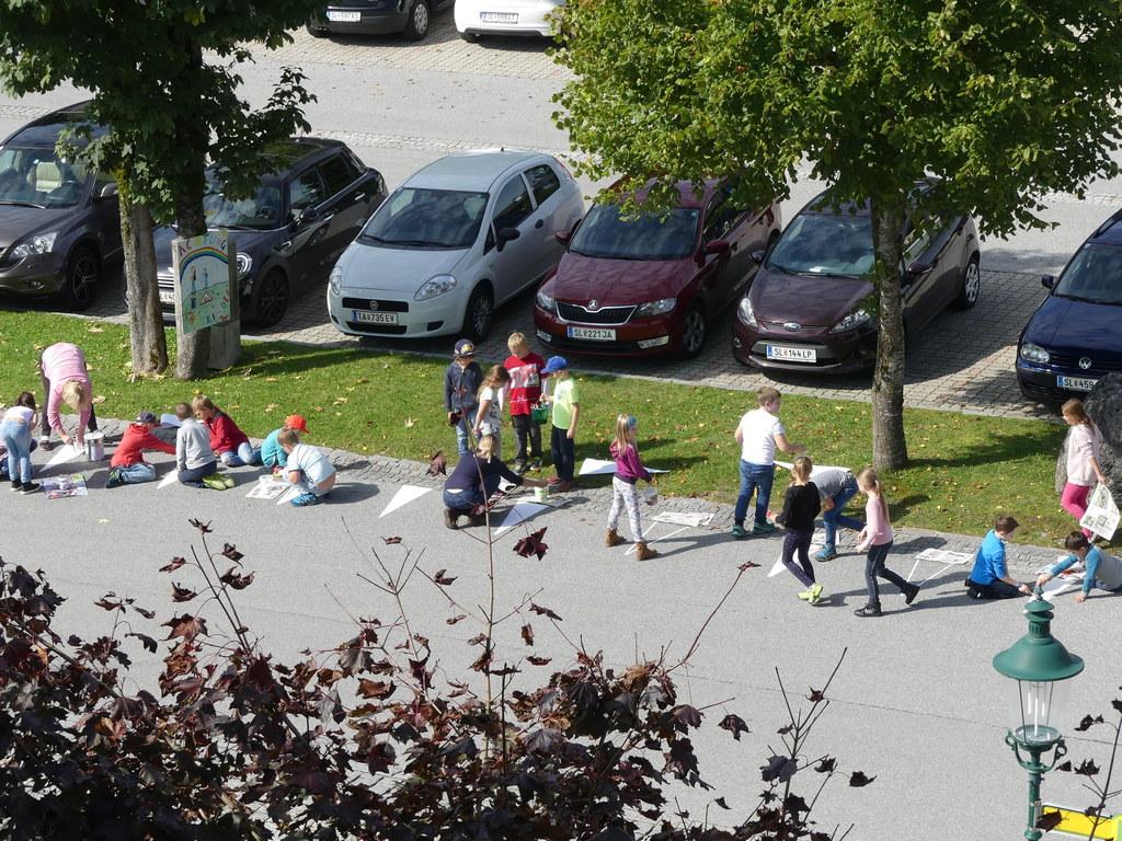 Die Kinder der Volksschule Faistenau waren mir Feuereifer dabei, die Straße im S..