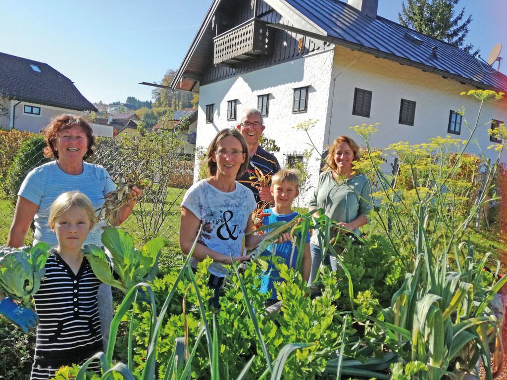 Die erste Ernte im Gemeinschaftsgarten (v. li.nach re.): Magdalena Österbauer, B..