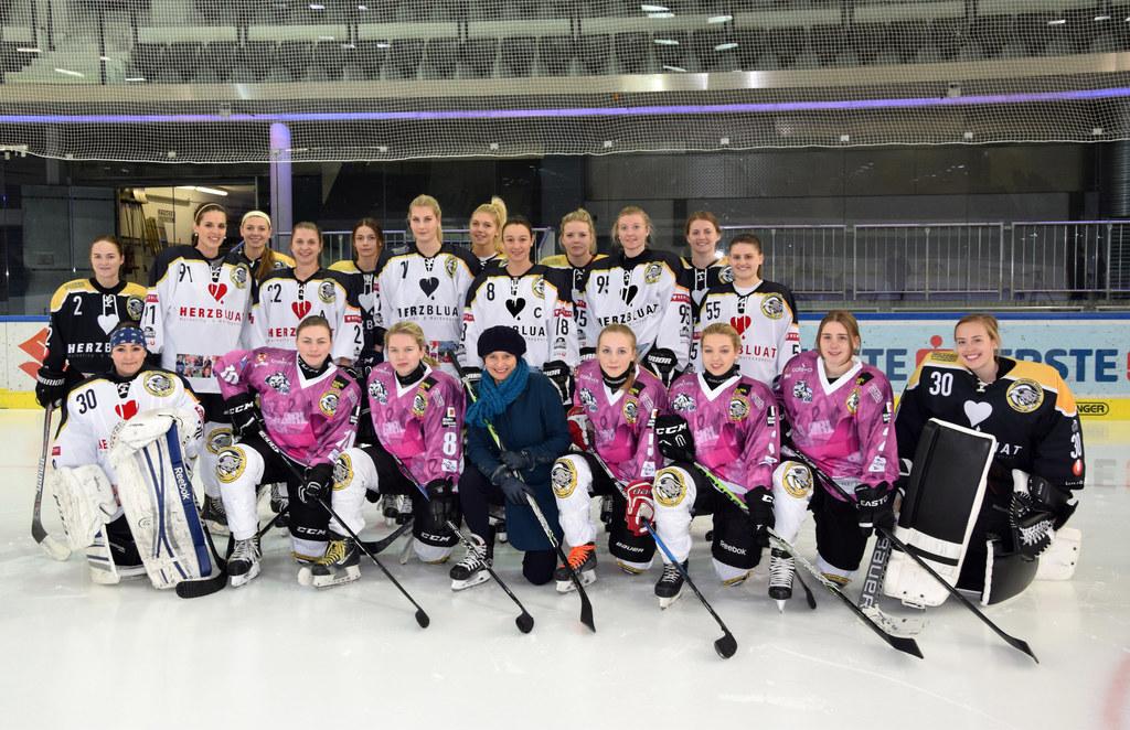 Sportlandesrätin Martina Berthold und das Damen-Eishockey-Team Salzburg Eagles.