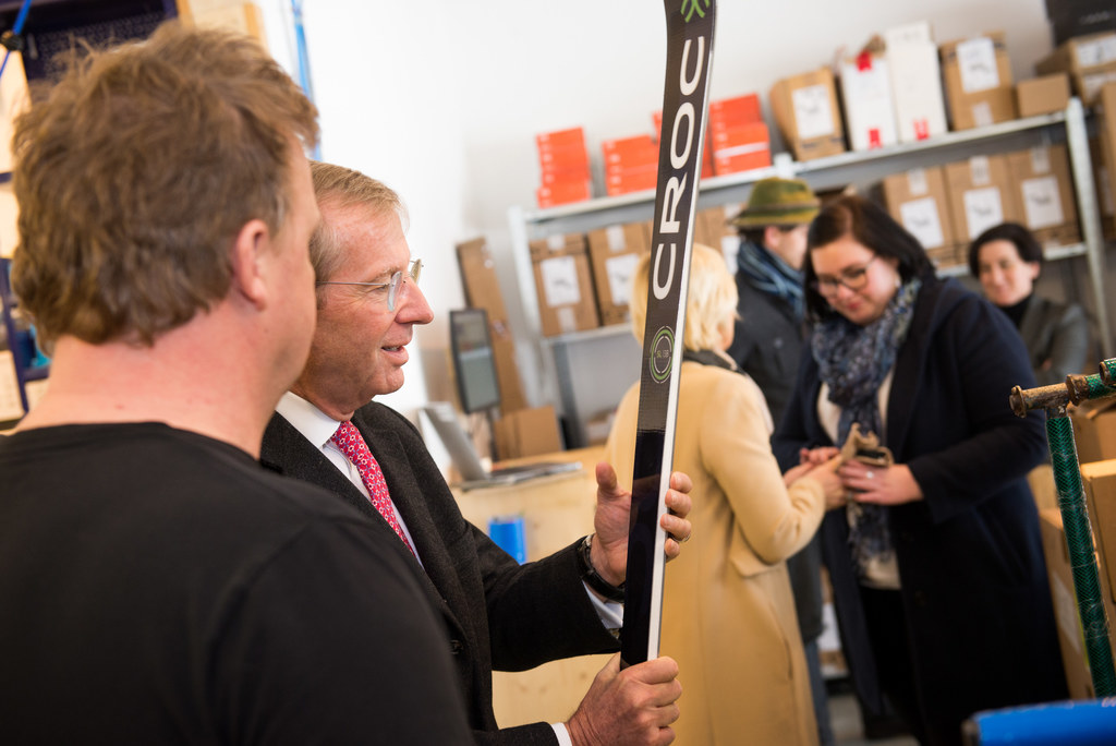 LH Wilfried Haslauer mit GF Mike Kogler beim Betriebsbesuch Croc Ski in Stuhlfel..