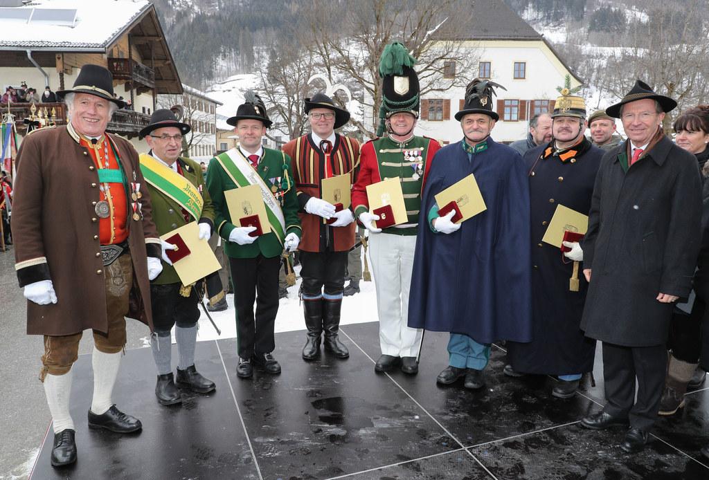 Landeshauptmann Wiflried Haslauer (rechts) und der Salzburger Landesschützenkomm..