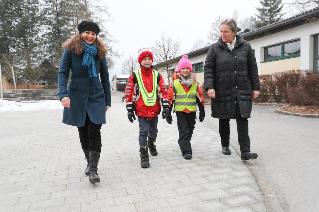 Pedibus in Anif bei Salzburg: die Schulkinder Fabian und Martina auf dem Schulwe..