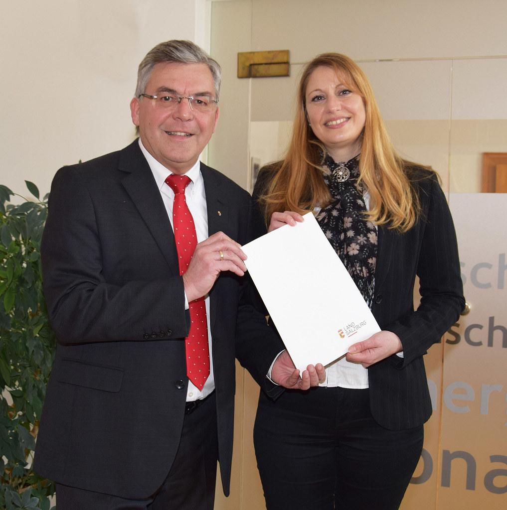 Landesrat Josef Schwaiger überreichte das Bestellungsdekret an Andrea Barth.