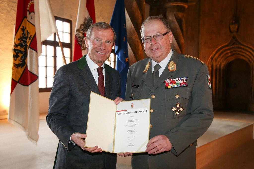 Überreichung des Ehrenzeichen des Landes Salzburg an Militärkommandanten Brigadi..