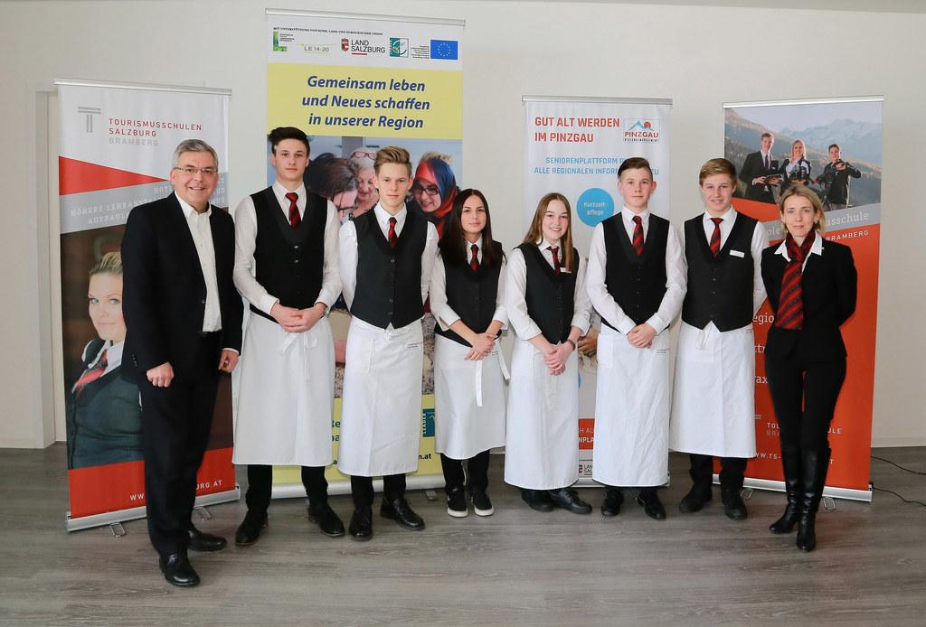 Landesrat Sepp Schwaiger mit den Schülern der Tourismusschule Bramberg und Direk..