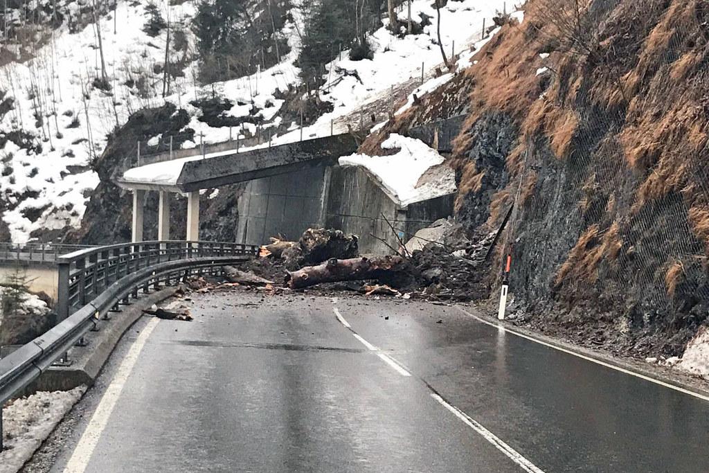 Die Dientner Landesstraße ist nach einem Felssturz für mindestens eine Woche ges..