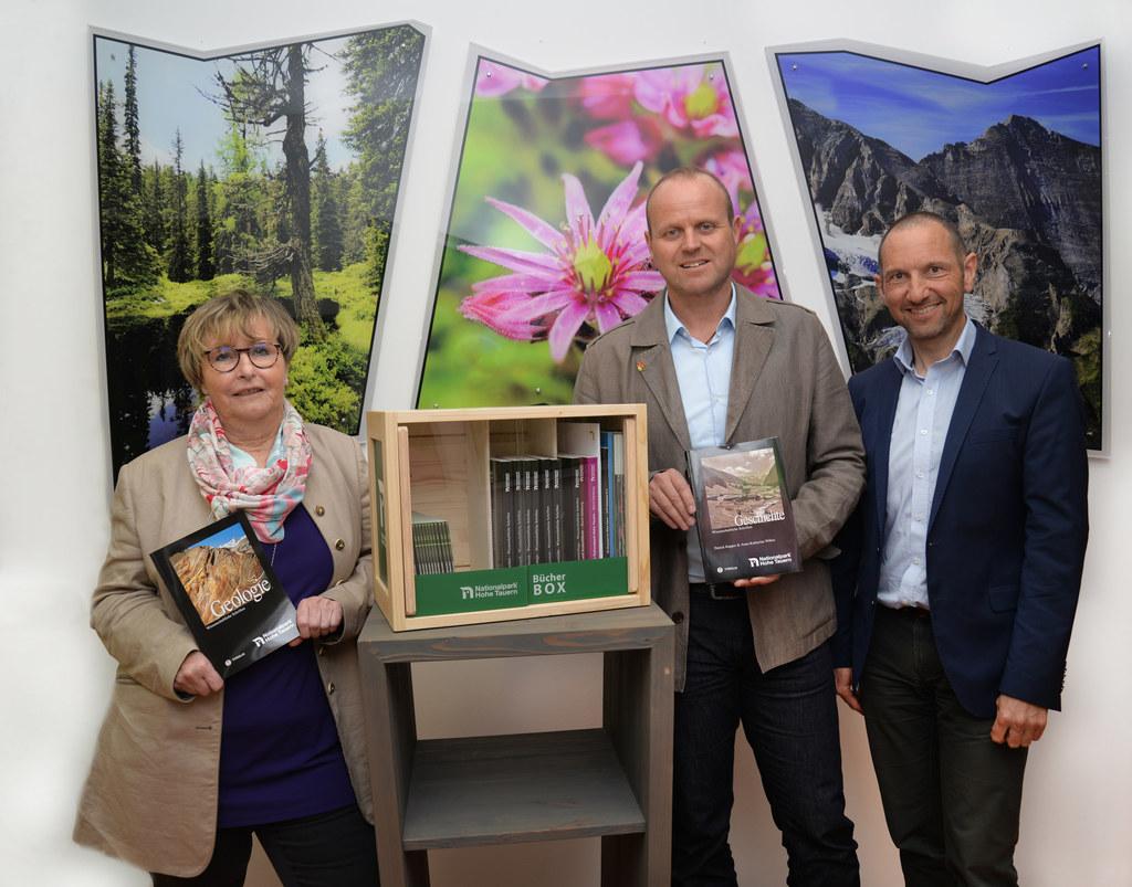 Lesestoff für die Gäste der Schutzhütten im Nationalpark, im Bild: Brigitte Slup..