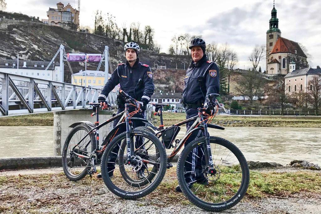 Uniformierte Fahrradstreifen der Landespolizeidirektion Salzburg im Einsatz.