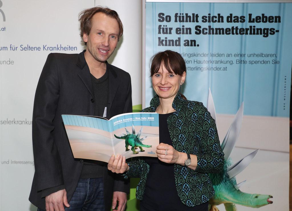 Landesrätin Martina Berthold mit Martin Laimer am Stand der Schmetterlingskinder..