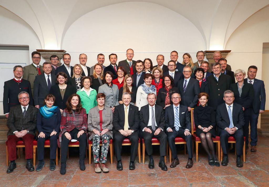 Landesregierung mit Landtagsabgeordneten des Salzburger Landtages.