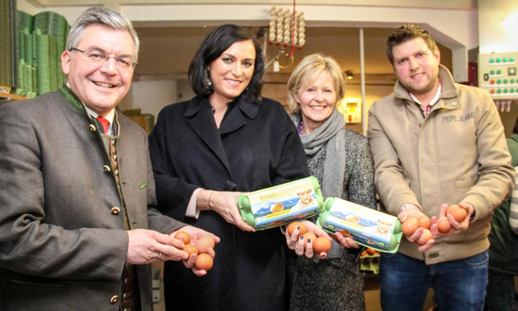 Landesrat Sepp Schwaiger mit Bundesministerin Elisabeth Köstinger auf dem Hof de..