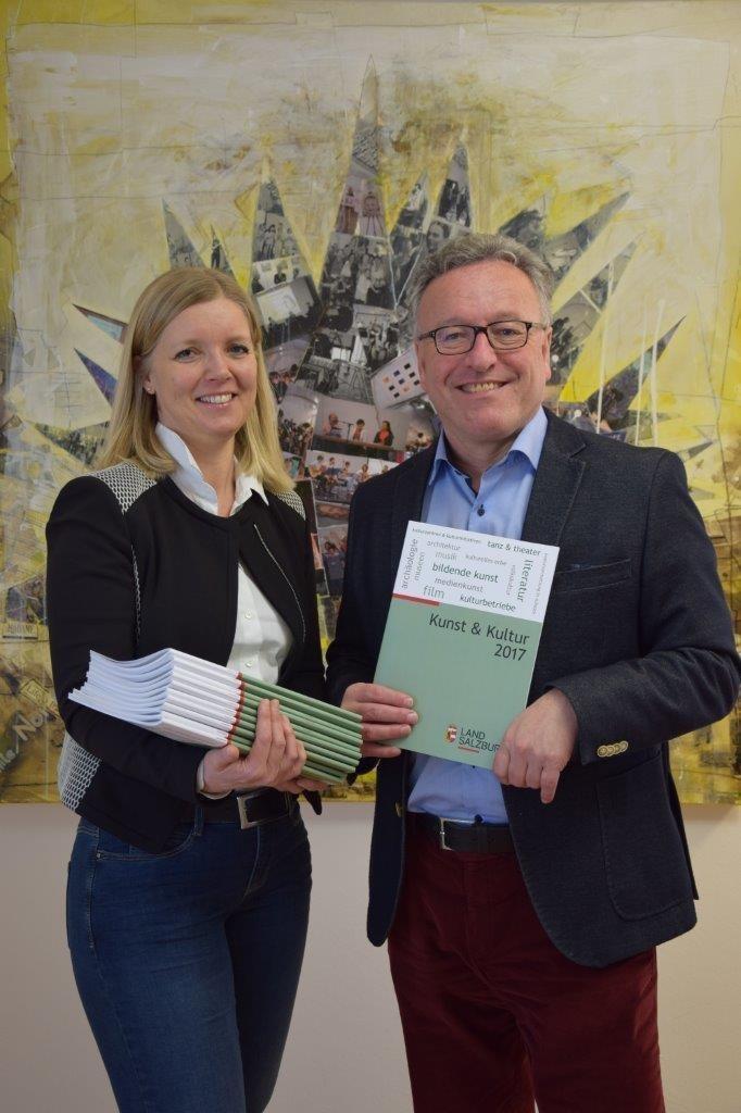 Abteilungsleiterin Eva Veichtlbauer und Landesrat Heinrich Schellhorn präsentier..