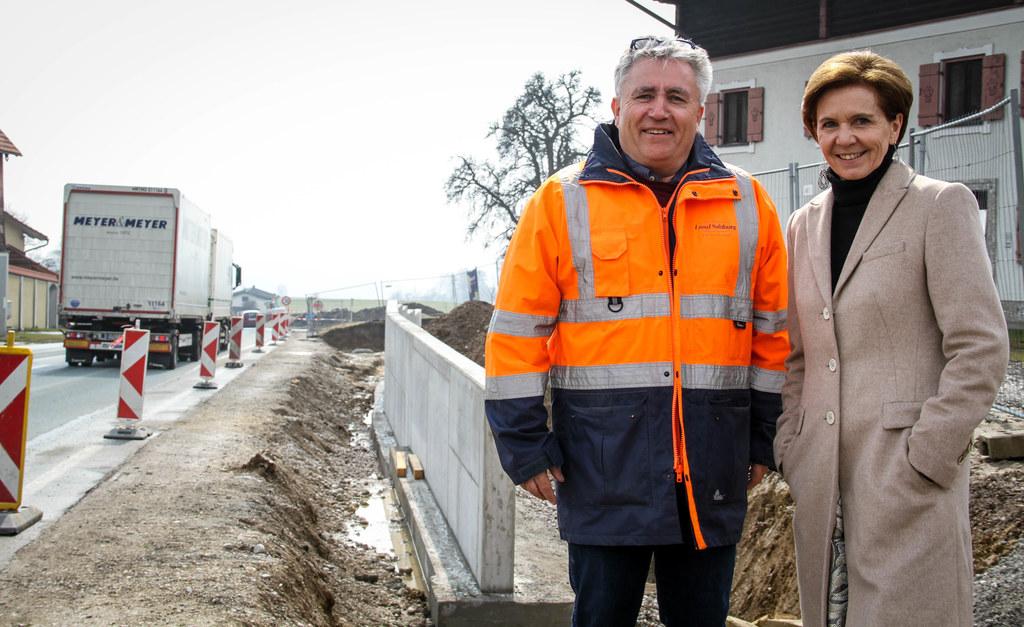 Projektleiter Heinrich Oppeneiger zeigte LR Brigitta Pallauf die Straßenbaustell..