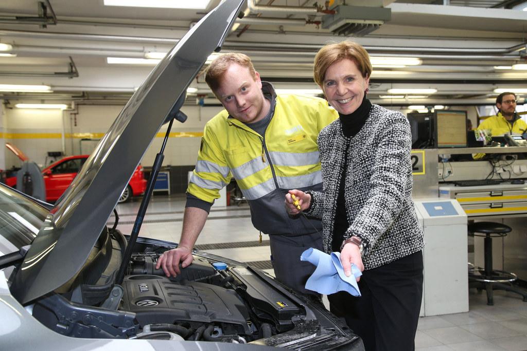 Besuch beim ÖAMTC, im Bild: Markus Steinbacher (Techniker) und LR Brigitta Palla..