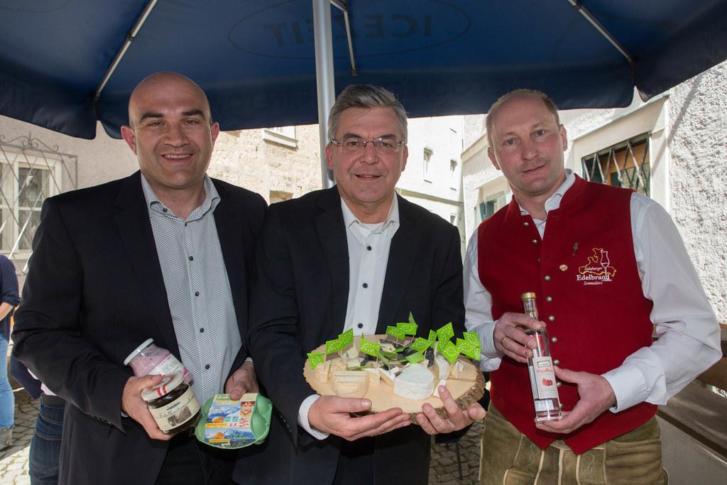 LR Josef Schwaiger, hier mit Gerald Reisecker (Agrarmarketing) und Landwirt Will..