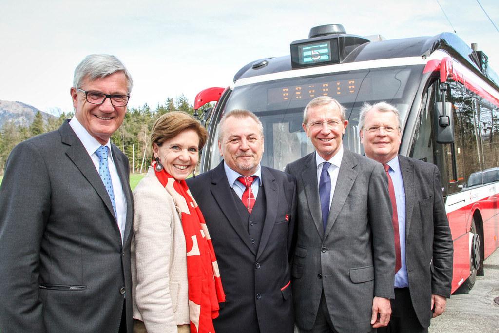 eObus fährt bis nach Grödig, Verlängerung der Linie 5, im Bild: Bgm. Harald Preu..