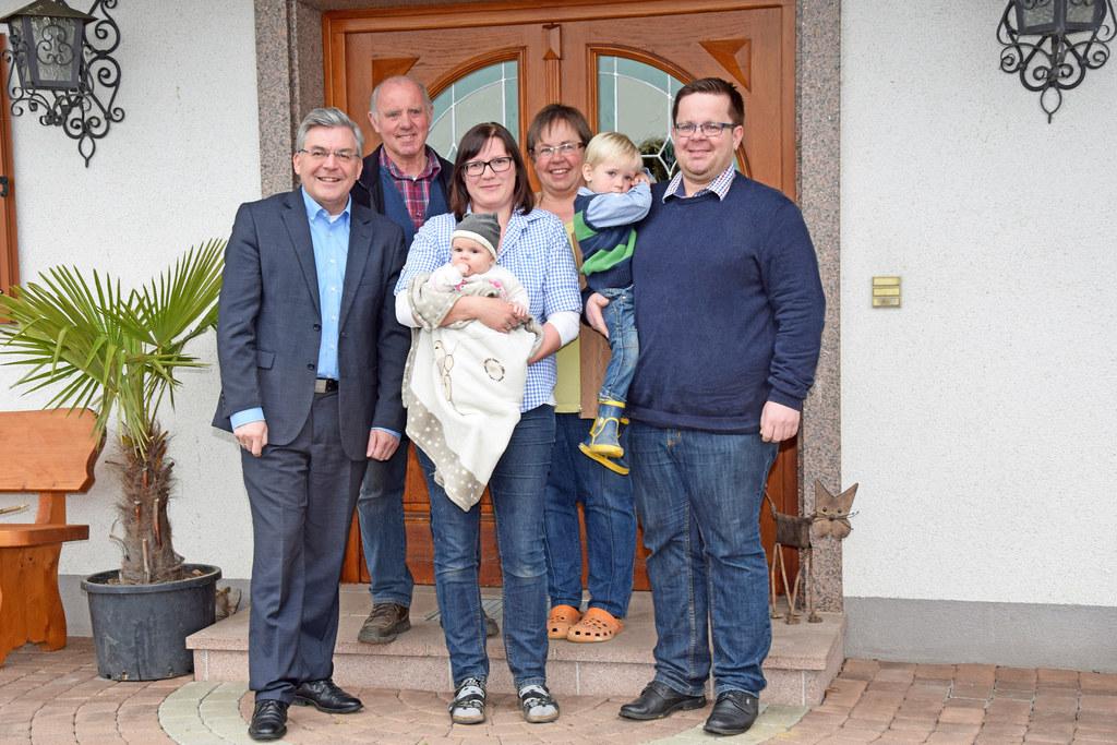 LR Josef Schwaiger mit drei Generationen der Familie Strasser