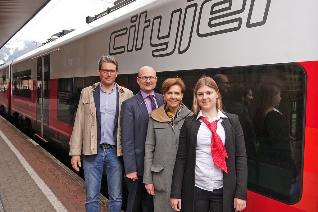 Schnell mit dem Cityjet: LR Brigitta Pallauf, Johannes Gfrerer (Verkehrsverbund)..