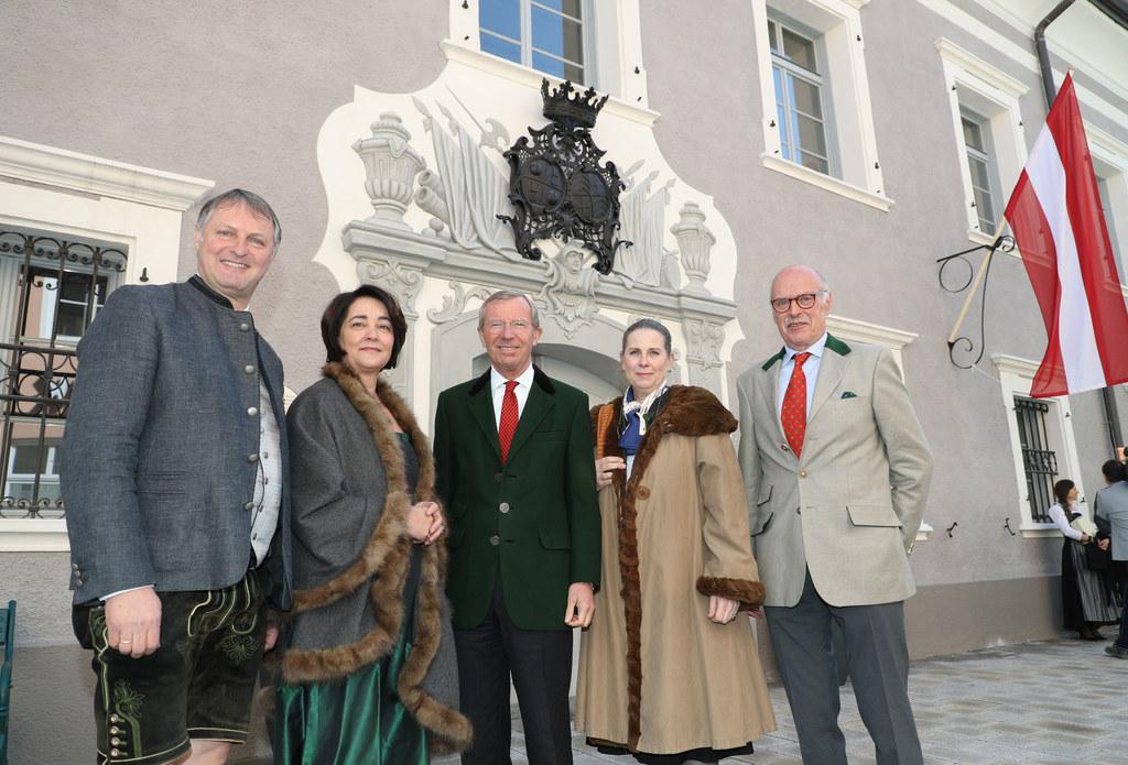 Wiederöffnung des Schloss Kuenburg in Tamweg, im Bild: Bürgermeister Georg Gappmayer, Bezirkshauptfrau Michaela Rohrmoser, Landeshauptmann Wilfried Haslauer, Charlotte und Georg Graf Kuenburg.