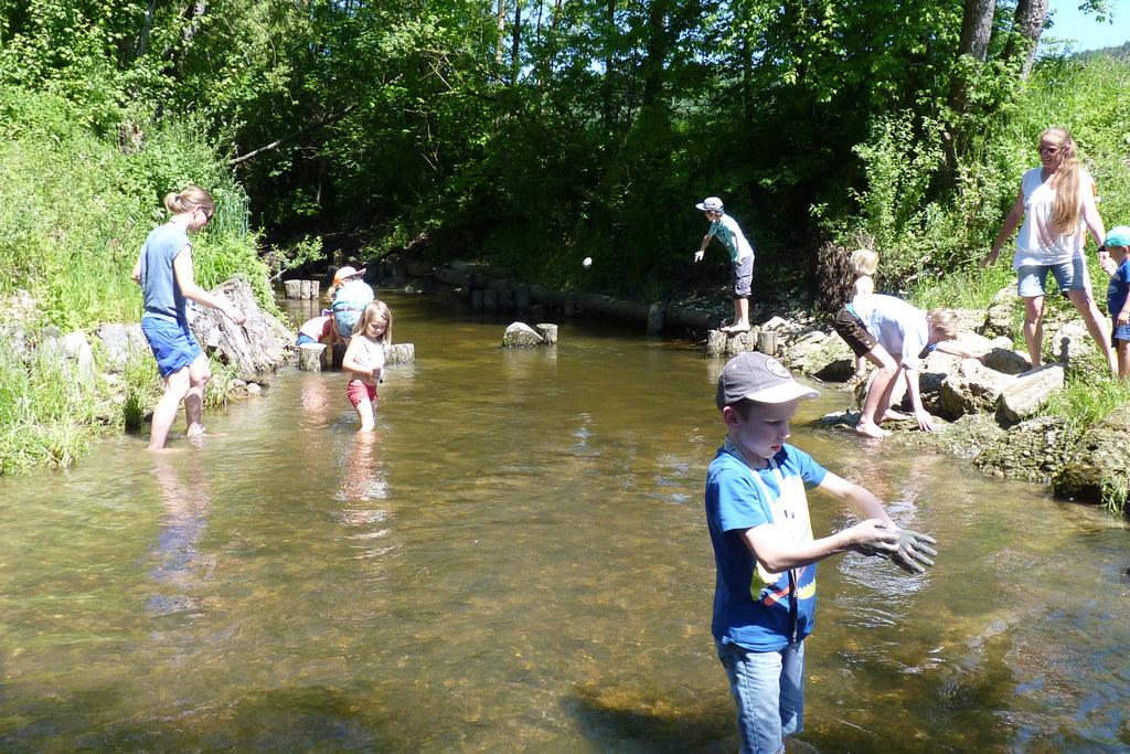 Der erste Fischwandertag für die ganze Familie an der Oichten kam gut an.