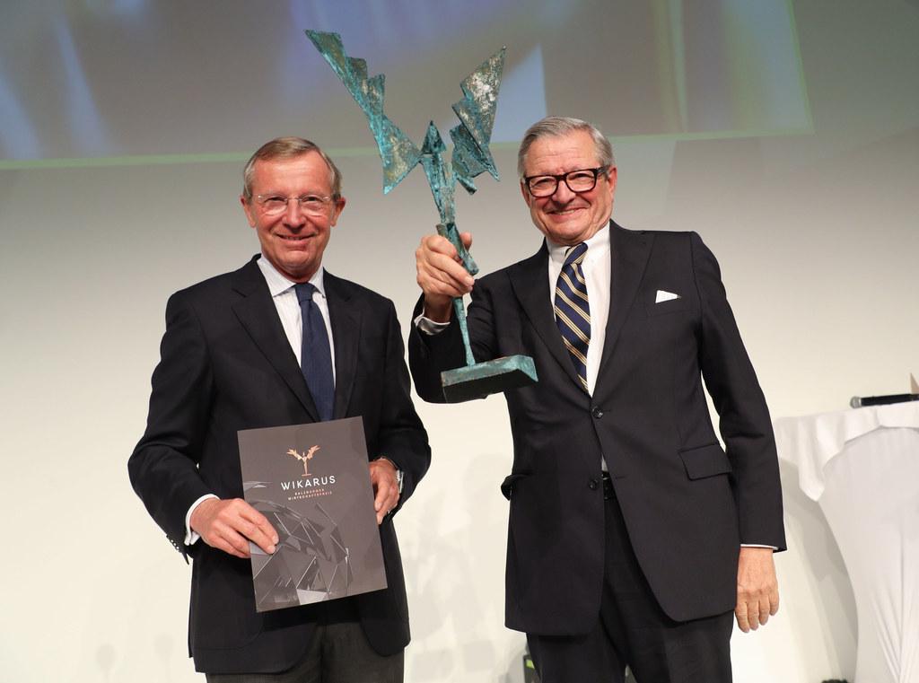 Landeshauptmann Wilfried Haslauer gratulierte Heinrich Spängler zur Auszeichnung..
