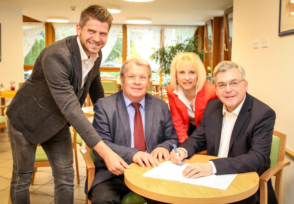 LR Josef Schwaiger unterschrieb den Fördervertrag, sehr zur Freude von Bgm. Rich..