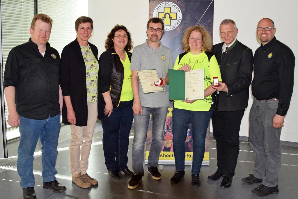 Sie gratulierten Gernot Brunner und Martina Brunner (Bildmitte) zur Auszeichnung:  Franz Günther (Landesleiterin-Stv.), LH-Stv. Astrid Rössler, Monika Feichtner (Landesleiterin), Landtagspräsident Josef Schöchl und Gernot Salzmann (Landesleiterin-Stv.).