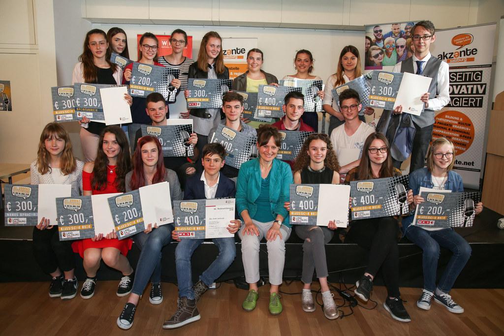 Landesrätin Martina Berthold mit den Gewinnerinnen und Gewinnern des Jugendredew..