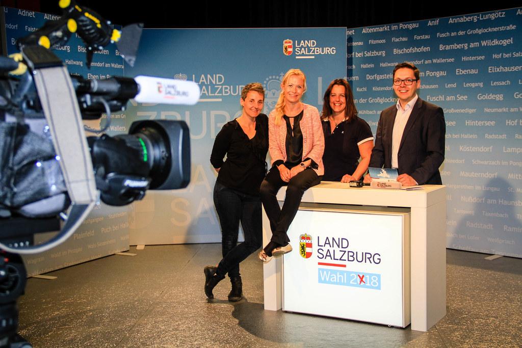 Das Wahlzentrum in Salzburg-Nonntal. Im Bild: Kamerafrau Sophie Huber-Lachner, V..