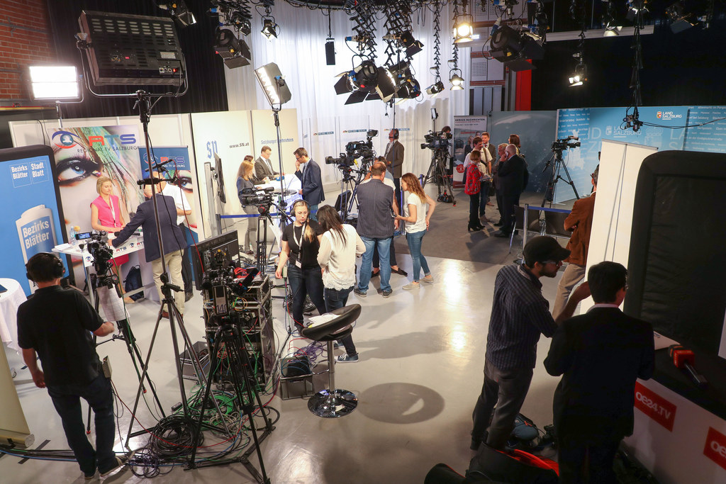 Vorbereitungen im Wahlzentrum Salzburg-Nonntal, wo um 16.15 Uhr die erste Hochre..