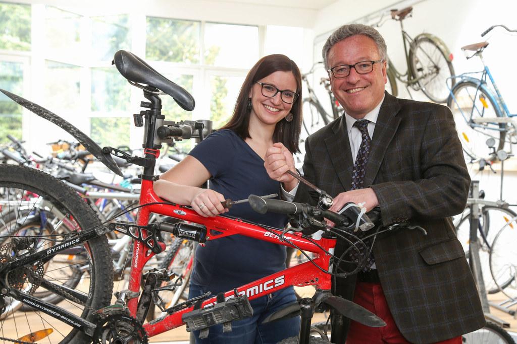 In der neuen Fahrradwerkstatt carlavelorep: Petra Meeraus, Projektkoordinatorin ..