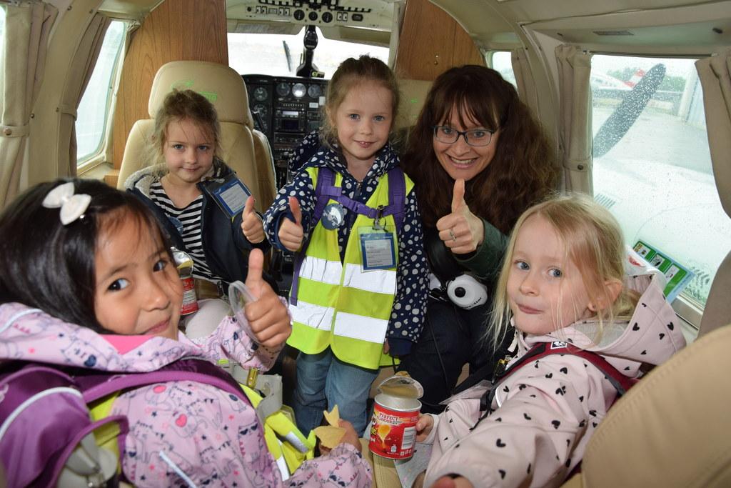 Landesrätin Martina Berthold beim Mini Girls' Day am Salzburger Flughafen.