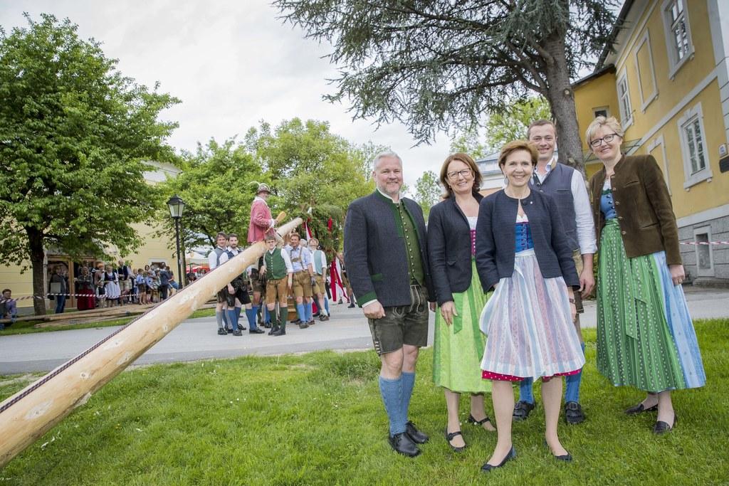 Maibaumaufstellen im Petersbrunnhof im Bild: Alexander Wieland, Lucia Luidold, L..