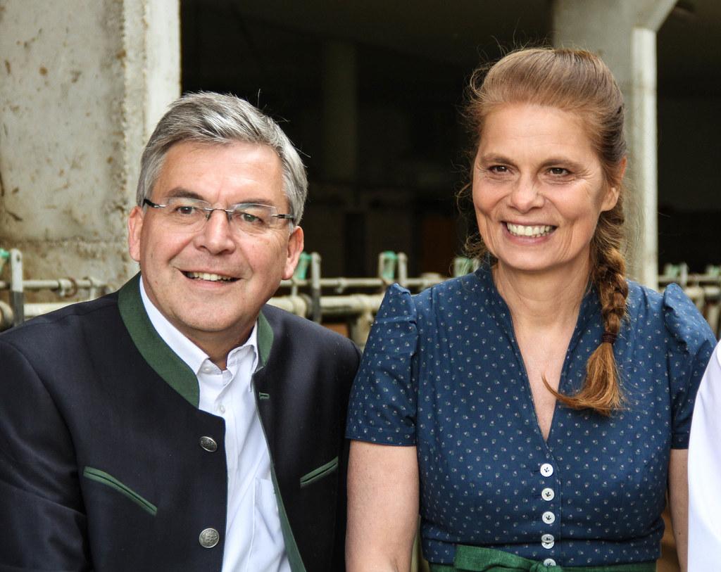 Landesrat Josef Schwaiger mit Starköchin Sarah Wiener beim Joglbauer in Obertrum..