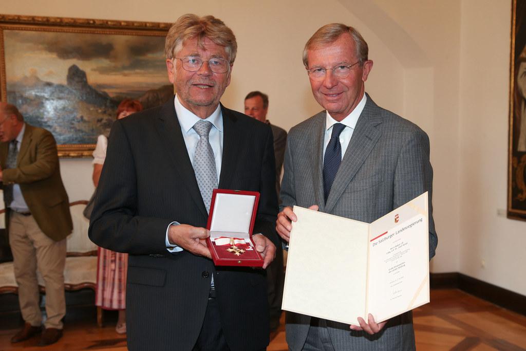 Landeshauptmann Wilfried Haslauer überreicht das Große Ehrenzeichen des Landes a..
