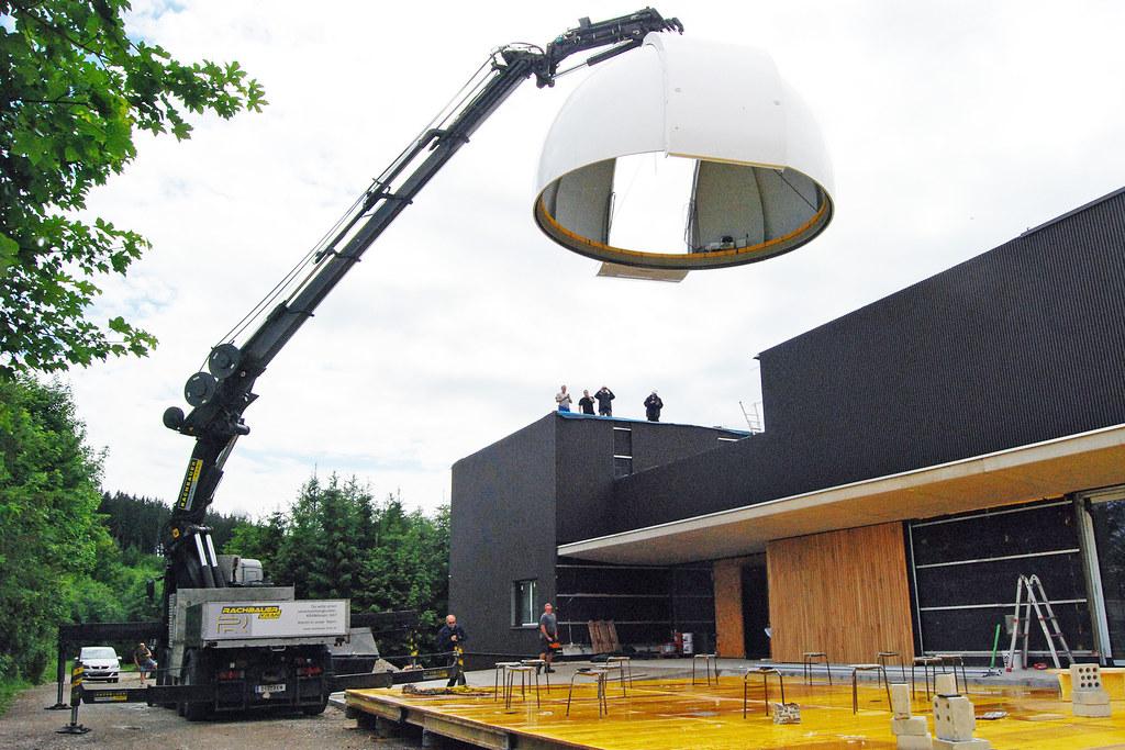 Die erste, riesige Kuppel wurde am Donnerstag an Ort und Stelle gebracht.