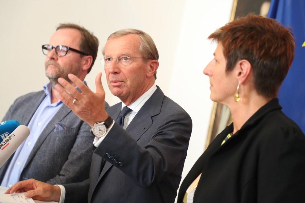 Sepp Schellhorn (NEOS), Wilfried Haslauer (ÖVP) und Astrid Rössler (Grüne, von l..