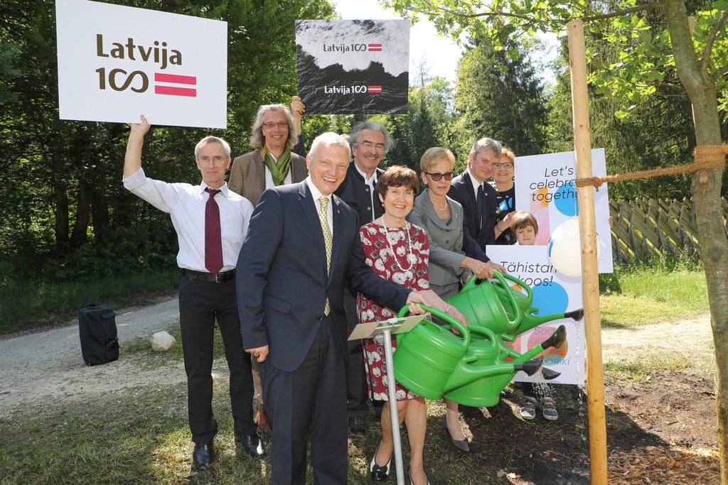 Pflanzung einer Eiche als Symbol der Verbundenheit Salzburgs mit den Baltenrepub..