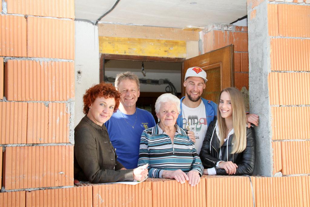 Energieberaterin Maria Bründlinger (links) bei den Hauseggers am Rohbau. Mit Pro..