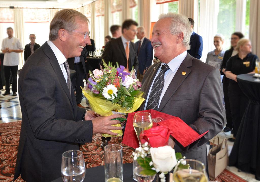Landeshauptmann Wilfried Haslauer mit Sacher-Urgestein Werner Wanger.