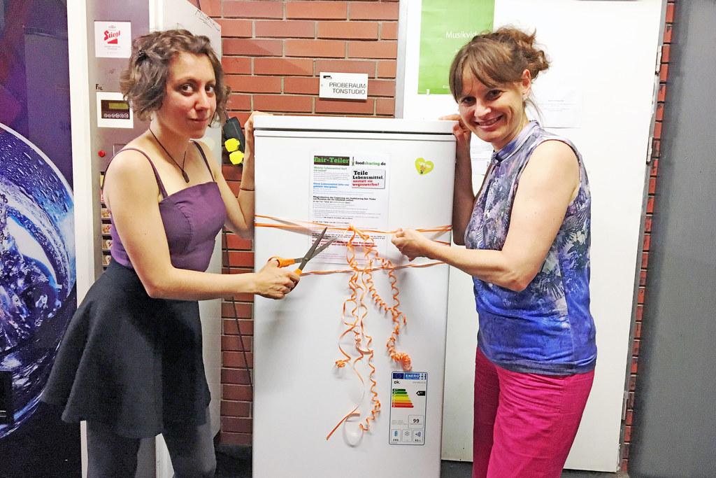 "Projekt ""FairTeiler""-Kühlschrank prämiert, im Bild: Siegerin Giulia Battaglia un.."