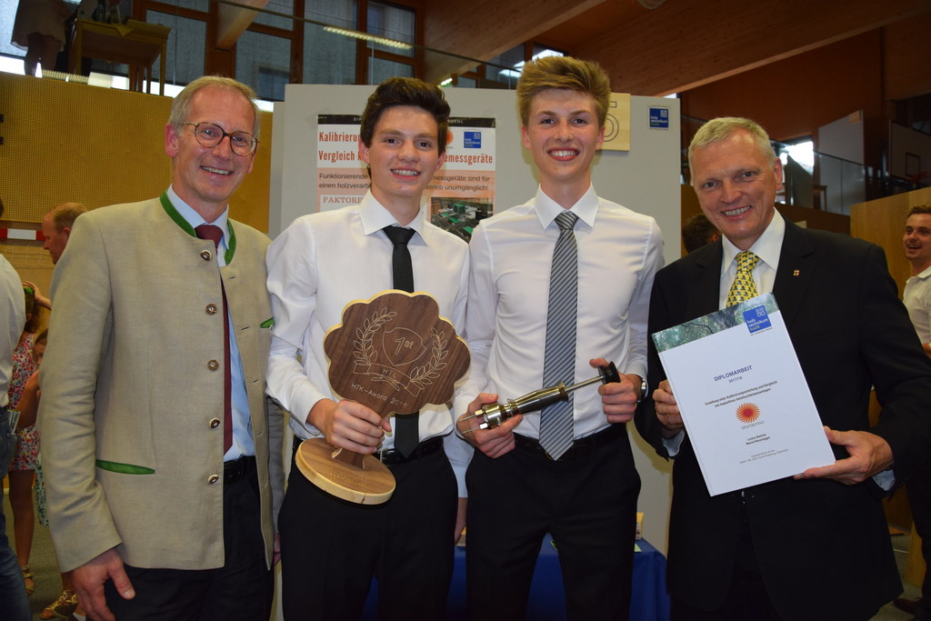 So sehen die Sieger beim Holztechnikum Kuchl-Award aus: v.l. Holztechnikum-Direk..