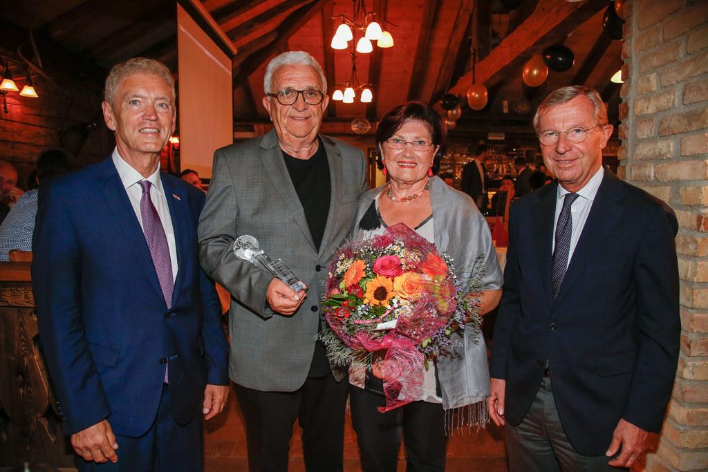 Landeshauptmann Wilfried Haslauer überreichte Ehrenbecher des Landes an Gerd Hut..