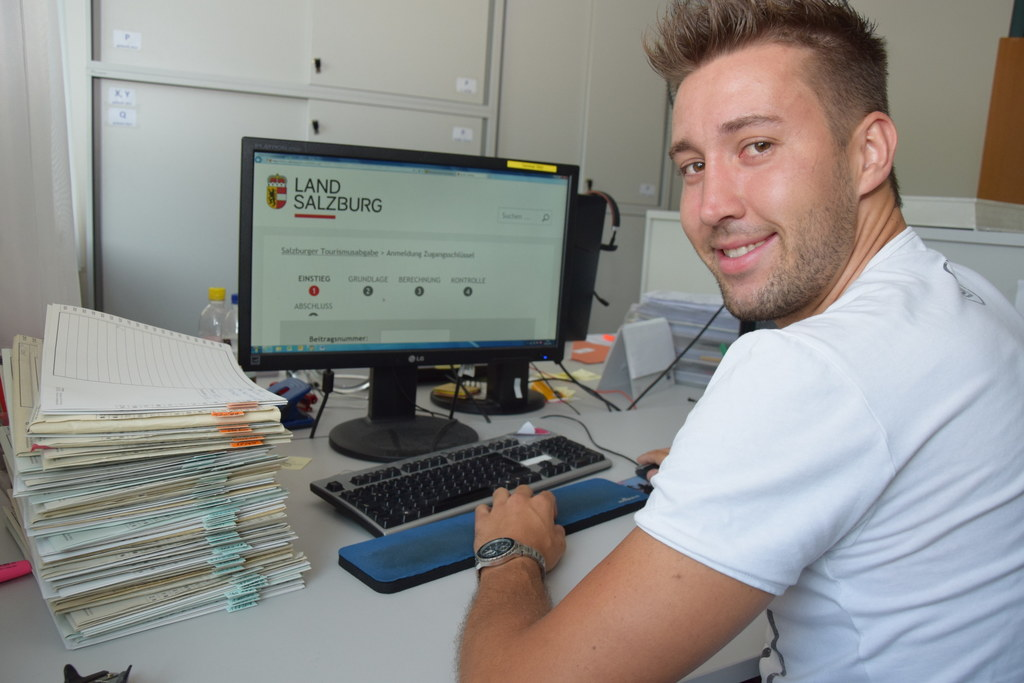 Online statt Aktenstapel. Für Daniel Mösl im Landesabgabenamt ist der Papierkrie..
