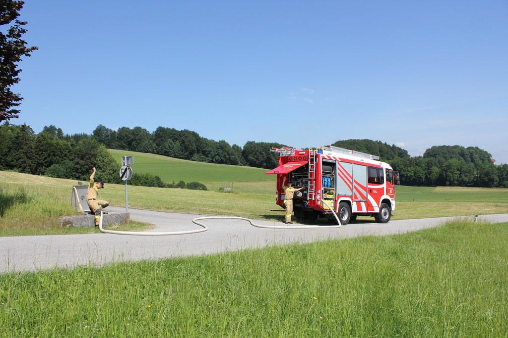 Jeder Tropfen Wasser hilft. Hier tankt die Freiwillige Feuerwehr Obertrum ihr Lö..